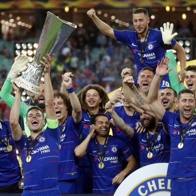 Chelseaspelare firar och lyfter bucklan.