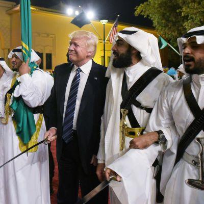 USA:s president Donald Trump deltog i traditionell svärddans under sitt besök i Saudiarabien den 20 maj 2017.