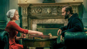 Offred/June (Elisabeth Moss) ja komentaja Waterford (Joseph Fiennes) pelaavat sanapeli Scrabblea sarjassa The Handmaid's Tale - Orjattaresi