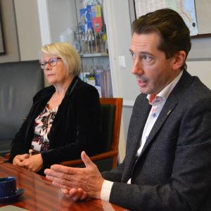 Arja Isotalo och Jan D. Oker-Blom i rådhuset i Lovisa