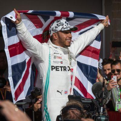 Lewis Hamilton med den brittiska flaggan