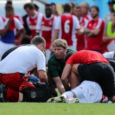 Ajaxspelare faller livlös på plan i träningsmatch mot Werder Bremen.