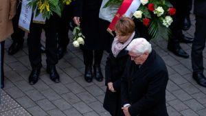 Tyska politiker besöker Hanau för att lägga ner blommor och kondolera.