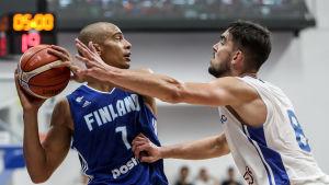 Shawn Huff håller undan för Tomas Satoransky i en basketmatch.