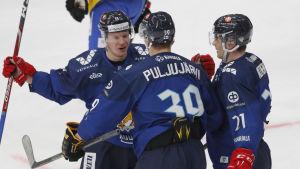 Jesse Puljujärvi firar mål mellan två lagkamrater.