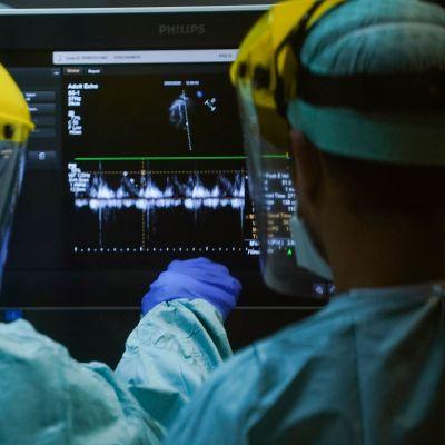 Vårdare i skyddsdräkter arbetar på en intensivvårdsavdelning i Bryssel i Belgien