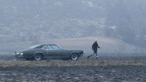 Bil kör efter flicka i dramaserien Lola uppochner