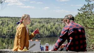 Axel Åhman och Pia-Maria Nickström talar på ett berg
