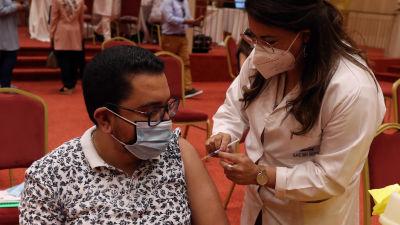 En anställd inom turismindustrin vaccineras mot Covid-19 i Tunisien.