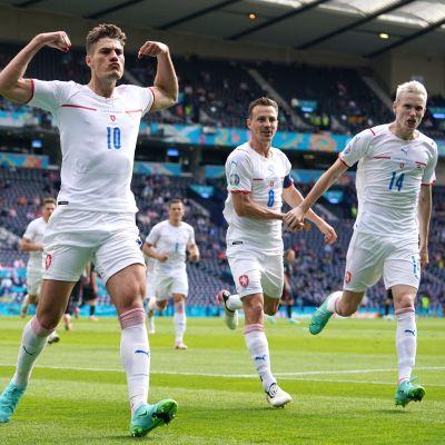 Patrik Schick tuulettaa maalia jalkapallon EM-kisoissa.