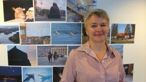 Tiina Gustafsson guidar på svenska i Åbo.
