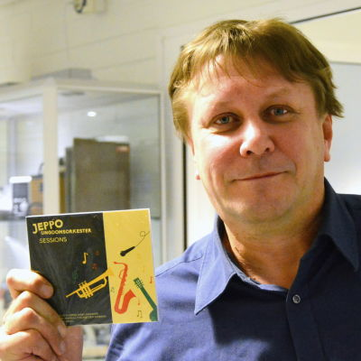 """Fredrik Sundell med skivan """"Sessions""""."""