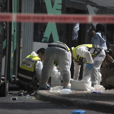 Israelisk räddningspersonal på plats efter knivattack i östra Jerusalem.