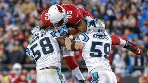 Darren Fells försöker hoppa över två försvarare.