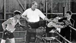 Buster Keaton nyrkkeilykehässä elokuvassa Rakkaus ja romahdus.