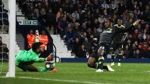 Michy Batshuayi stöter in segermålet som säkrade Chelseas Premier League-titel.