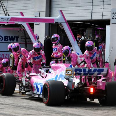 Sergio Perez gör ett depåstopp.