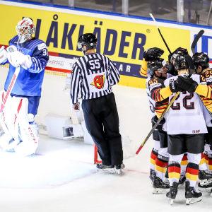 Tyska ishockeylandslaget firar ett mål bredvid Kevin Lankinen.