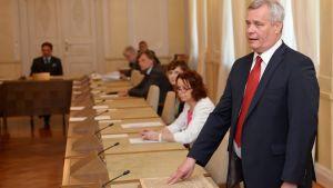 Antti Rinne svär ministereden