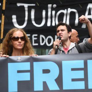 Assange hemland Australien är ett av de länder där det ordnas demonstrationer till stöd för Assange på fredagen. Här utanför det brittiska konsulatet i Sydney.