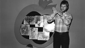 Joulukalenteri 1.12.1975 Juontaja kuuluvammaisten opettaja Juha Paunu - tulkitsee viittomakielellä.