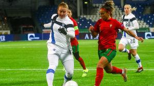 Anna Westerlund kämpar om bollen med Portugals Andreia Norton