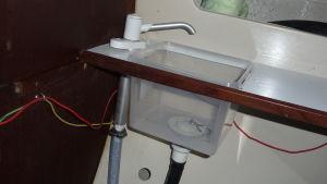 Riitta har själv tillverkar den lilla lavoaren i segelbåtens wc