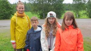 Lägerchef Elin Johansson och lägerdeltagarna Eppu, Sara och Adina.