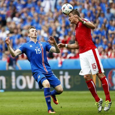 Jon Dadi Bödvarson och Sebastian Proedl kämpar om bollen i EM 2016.