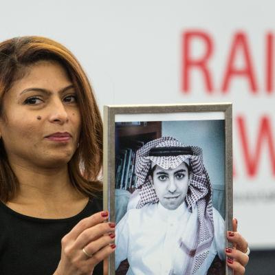 Ensaf Haidar, hustru till den fängslade saudiska bloggaren Raif Badawi, håller upp en bild av sin man.