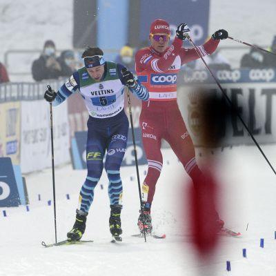 Joni Mäki och Aleksandr Bolsjunov åker ihop då andraplatsen ska avgöras i herrstafetten i Lahtis.