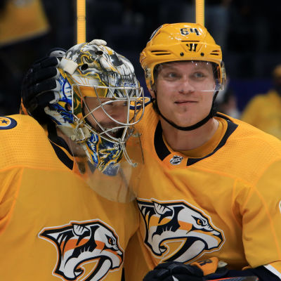 Juuse Saros och Mikael Granlund klappar om varandra efter Nashvilles seger.