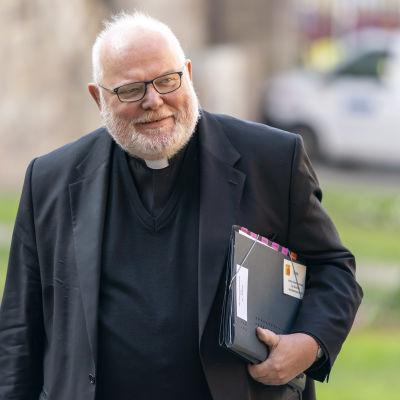 Reinhard Marx kävelee kansio kainalossaan