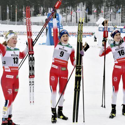 Jubel i målområdet: tvåan Helene Mraie Fossesholm, vinnaren Therese Johaug och trean Heidi Weng.
