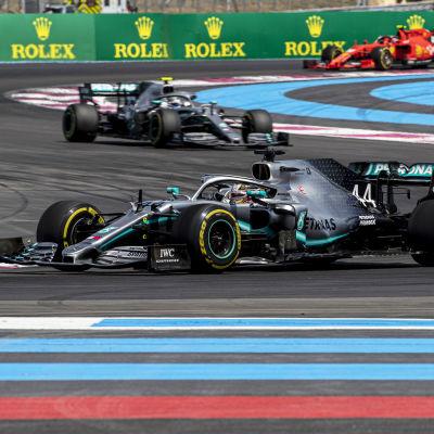 Lewis Hamilton kör i Frankrike.