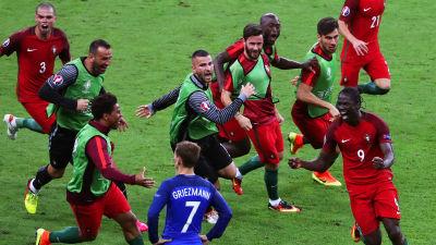 Portugiserna firar Eders segermål i EM-finalförlängningen 2016.
