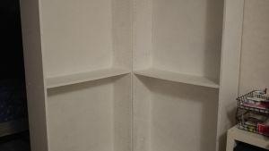 en vit bokhylla