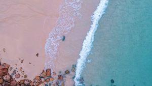 En tom sandstrand.