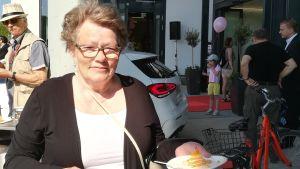 Monica Sahrman var på plats för att följa med ceremonin. Hon står framför köpcentrumet med kaffe och kaka som det bjöds på under öppningen.