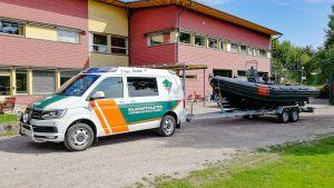 Sjöbevakarnas båt på en trailer som dras av en paketbild.