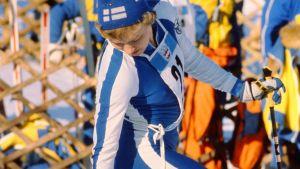 Hiihtäjä Helena Takalo valmistautuu hiihtoon Innsbruckin talviolympialaisissa 1976