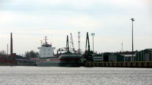 Lastfartyg i Kaskö hamn.