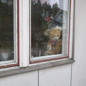 En nalle i ett fönster i Munkvik Pargas.