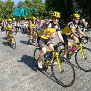 Cyklister trampar i väg på Åbo domkyrkotorg.