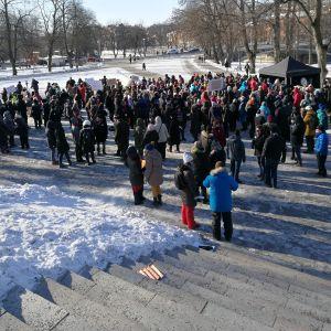Sympatiyttringen ägde rum framför Åbo domkyrka.