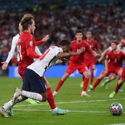 Englands Raheem Sterling faller i straffområdet.