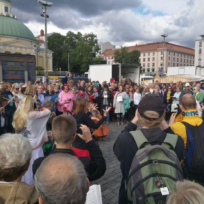 En flashmob på Salutorget i Åbo.