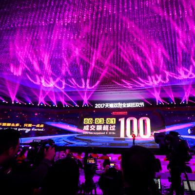 En skärm visar att näthandeln under 181 sekunder uppgår till 10 miljarder yuan, alltså nästan 1,3 miljarder euro.