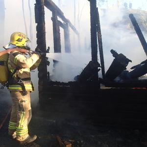 Räddningsverket släcker brand i Kronberget