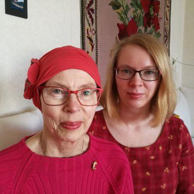 Journalisten Christine Saarukka och författaren, dottern Maria Turtschaninoff i Christines hem i Nordsjö, Helsingfors, våren 2017.